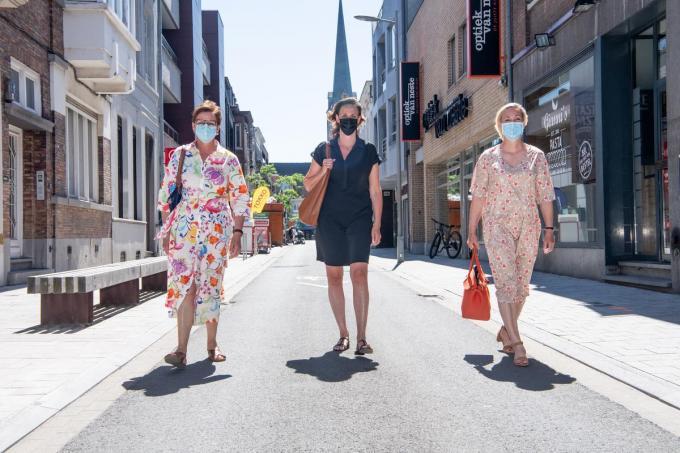 Schepenen Caroline Maertens, Lisbet Bogaert en Ann Van Essche op wandel in de Marktstraat.© Frank Meurisse