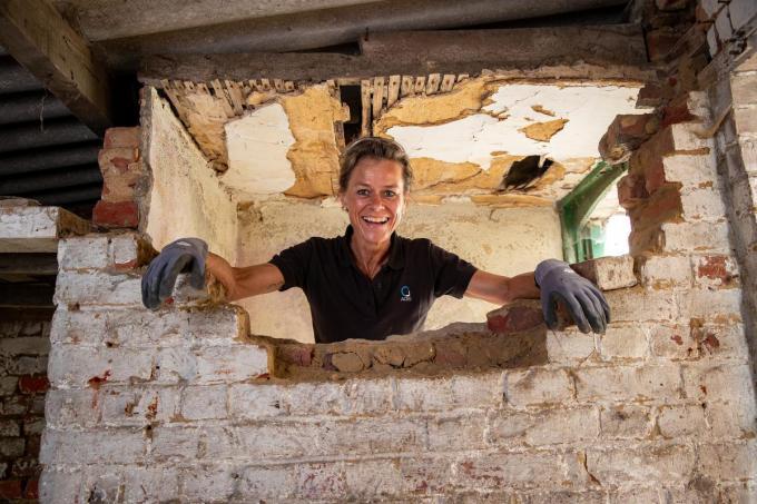 Gella steekt dolgraag de handen uit de mouwen op een bouwwerf.©Kurt Desplenter Foto Kurt