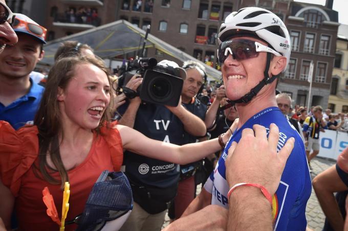 Yves Lampaert werd drie jaar geleden in Binche al eens Belgisch kampioen op de weg, een zege die hij meteen na afloop vierde met zijn zus Sagine, West-Vlaamse Ambassadeur van deze krant.© BELGA