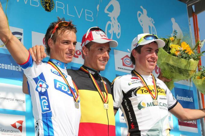 Het BK-podium van tien jaar geleden. Winnaar Philippe Gilbert wordt geflankeerd door West-Vlamingen Gianni Meersman en Jelle Wallays. (foto Belga)©PETER DECONINCK BELGA