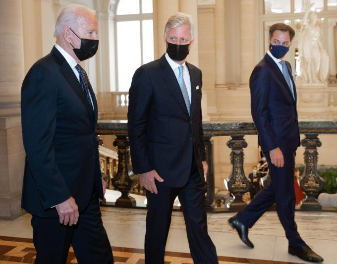 Joe Biden met koning Filip en premier Alexander De Croo.© BELGA
