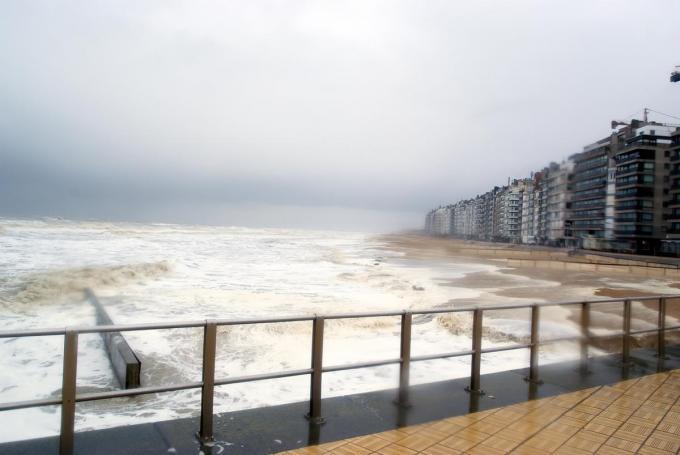 Wenduine kreeg intussen een stormmuur en een breder strand, maar de foto dateert nog van eerder.© foto agentschap Maritieme Dienstverlening en Kust