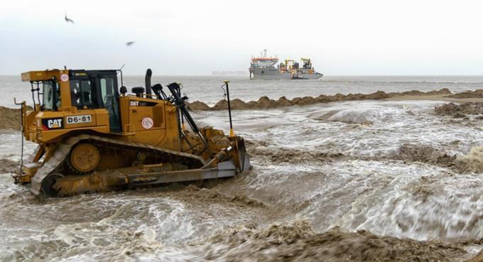 Tal van stranden werden verhoogd en verbreed met zogenaamde 'zandsuppletie'.©MUZE Foto firma Jan De Nul