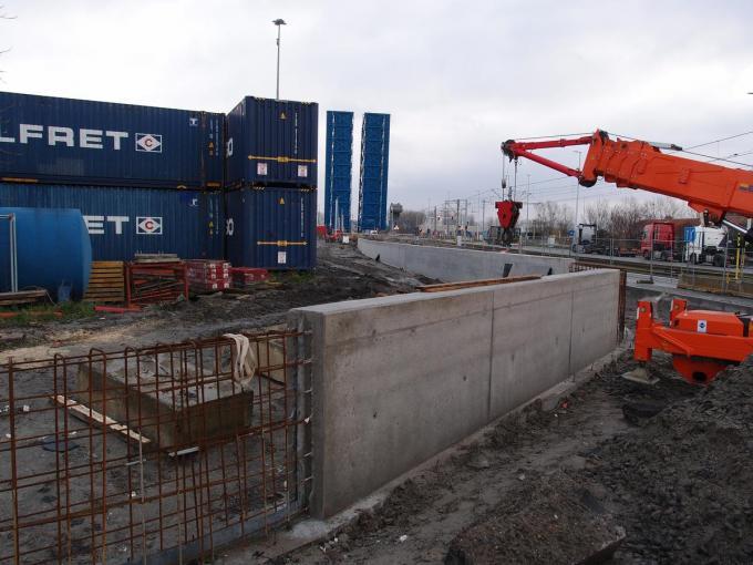 Zeebrugge verschenen nabij de Pierre Vandammesluis overstromingsmuren tot twee meter hoog. (foto RJ)
