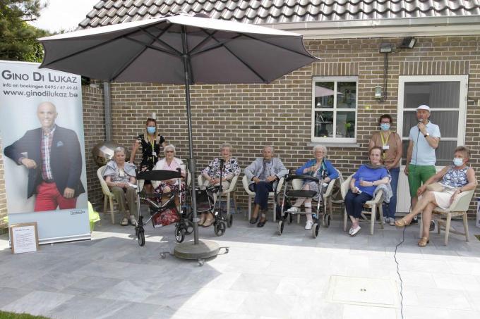 De bewoners en begeleiders van wzc Hof Demeersseman Ichtegem genoten van de Jardin Chantant.©GINO COGHE Foto Coghe