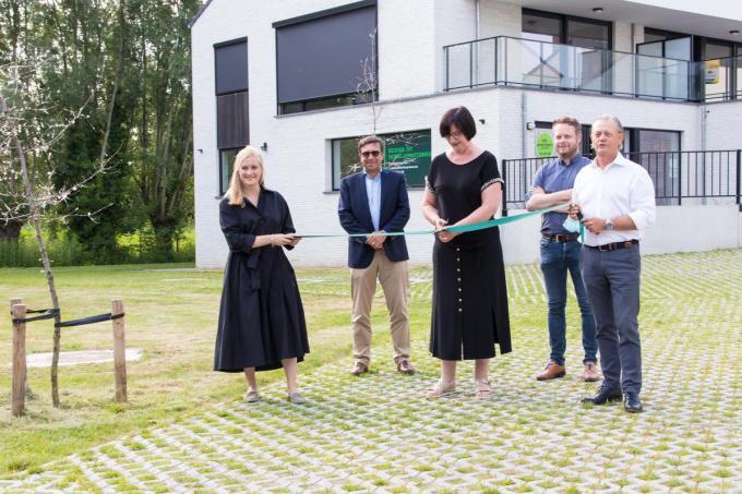 We zien Janne Van Canneyt, Wim Verhaeghe, Rita Demaré, Frederik Sap en Frank Vanderschueren bij het doorknippen van het lint.©Emely Vanhaecke