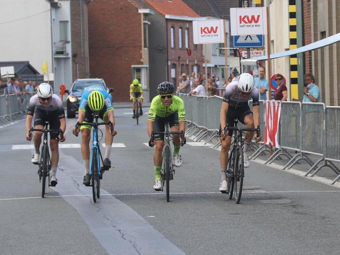 In een spurt met vijf haalde Arno Claeys (uiters rechts) het van Maxime Vantomme en Robin Orins.©wilfried Ossieur WO