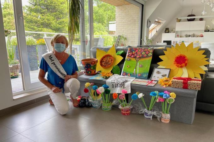 Christine werd op haar laatste dag verwend met kaartjes, bloemen en cadeaus. (foto AVH)