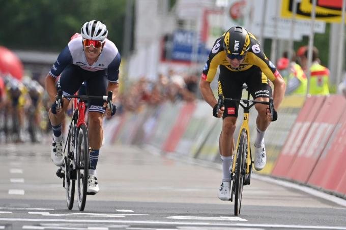 Tijdens de eindsprint was Wout van Aert sterker dan Edward Theuns.©DAVID STOCKMAN Belga