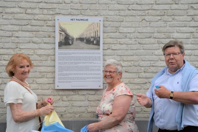 Meters Hedwige Desmet en Annie Hullebusch met burgemeester Koenraad Degroote bij het herdenkingsbord.© gf