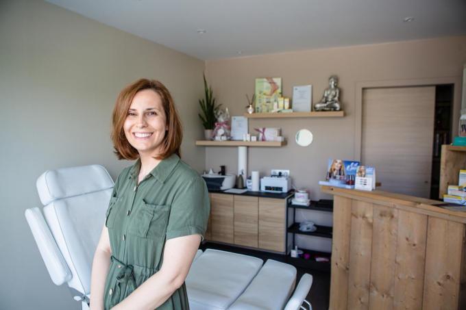 Delphine volgde gespecialiseerde opleidingen voetverzorging, nagelstyliste, voetreflexologie en aromatherapie.© (Foto Davy Coghe)