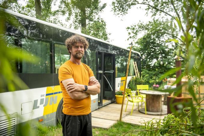 """Olivier Petillon bij de verbouwde Lijnbus: """"Ik wil een vaste waarde worden in het toeristisch aanbod van de Westhoek.""""©JOKE COUVREUR"""