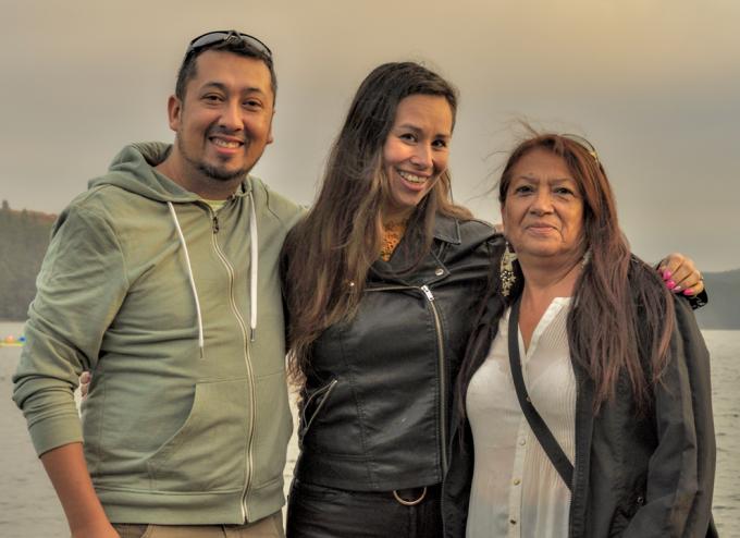 Saartje Verhoest, samen met haar Chileens halfbroer Henry Sanchez en mama Julia Patricia Pincheira, in maart 2019. Toen zag ze haar biologische familie voor het eerst.© GF