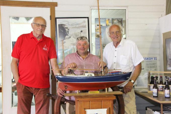 De restauratie van de Askoy II nadert zijn einde. We zien achter de maquette vlnr. Staf Wittevrongel, Marc Vanhecke en Piet Wittevrongel.© foto Jan