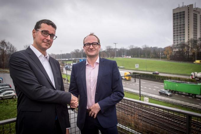 Alexander D'Hooghe, hier met toenmalig minister van Mobiliteit en Openbare Werken Ben Weyts in 2017, was intendant in het overkappingsdossier voor de Antwerpse ring.©LUC CLAESSEN BELGA