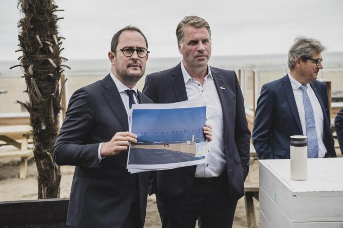 Minister van Noordzee Vincent Van Quickenborne en burgemeester Bram Degrieck van De Panne.© Olaf Verhaeghe