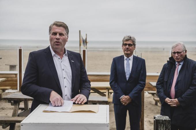 Kustburgemeesters Bram Degrieck (De Panne), Geert Vanden Broucke (Nieuwpoort) en Marc Vanden Bussche (Koksijde).© Olaf Verhaeghe