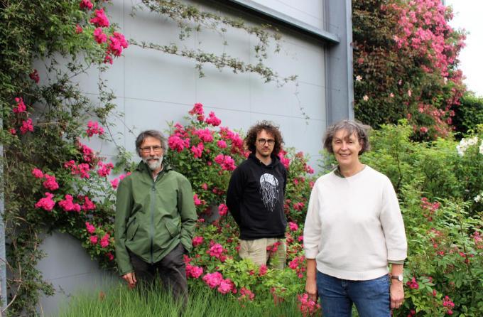 Rudy, Wouter en Ann van Lens Roses bij de Dinky, de eerste door Ann gekweekte roos.© LI