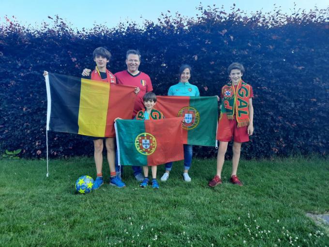 Papa Gunther en Tiago staan links met de Belgische driekleur, mama Marlene de kleine Tomaś en Telmo supporteren voor de Portugezen.