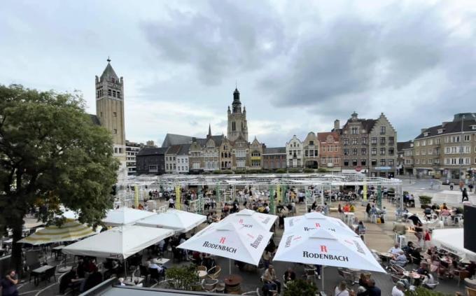 Het terras op de Grote Markt zat goed vol, volgens het horecaprotocol mooi op afstand. (foto Liesbet Claerbout)