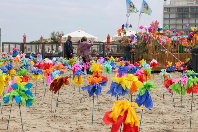 De papieren bloemen werden gemaakt door de kinderen van Rozenwingerd en De Bollaard© MG