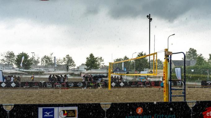 Door een plensbui moest het toernooi even stilgelegd worden.© Kurt De Schuytener