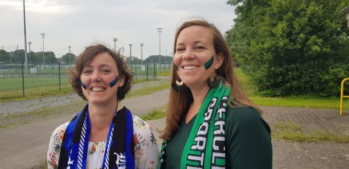 Sandra en An: twee Brugse VB'ers met andere favoriete voetbalkleuren, hielden een actie aan het Jan Breydelstadion.