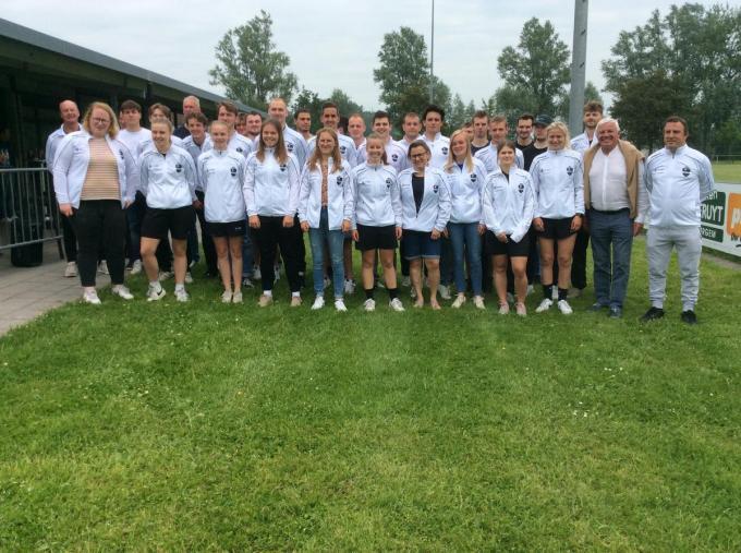 Dit zijn de leden van de familieploeg FC Damme, dames en heren op één foto verenigd. (Foto JPV)