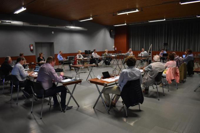 Om voldoende afstand tussen de raadsleden en het publiek te kunnen bewaren vond de gemeenteraad van maandag 28 juni plaats in OC Den Tap. Tegelijk werd alles gefilmd en live gestreamd op Youtube. (Foto TOGH)
