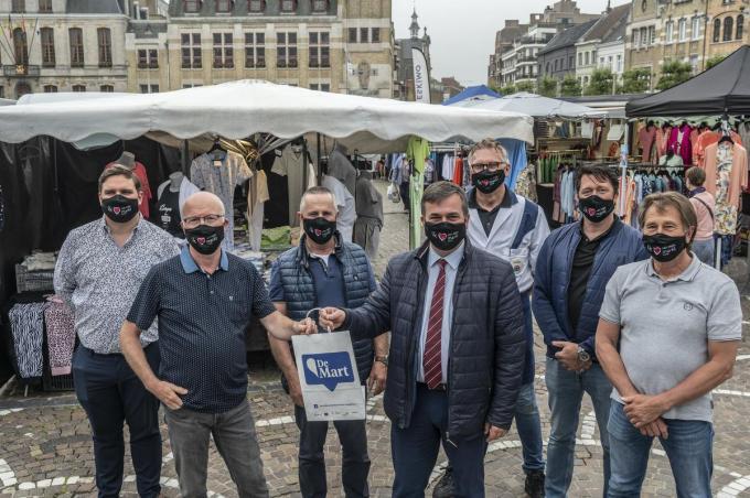 Roeselaarse marktkramers en burgemeester Kris Declercq promoten de Week van de markt in Roeselare.©STEFAAN BEEL Stefaan Beel