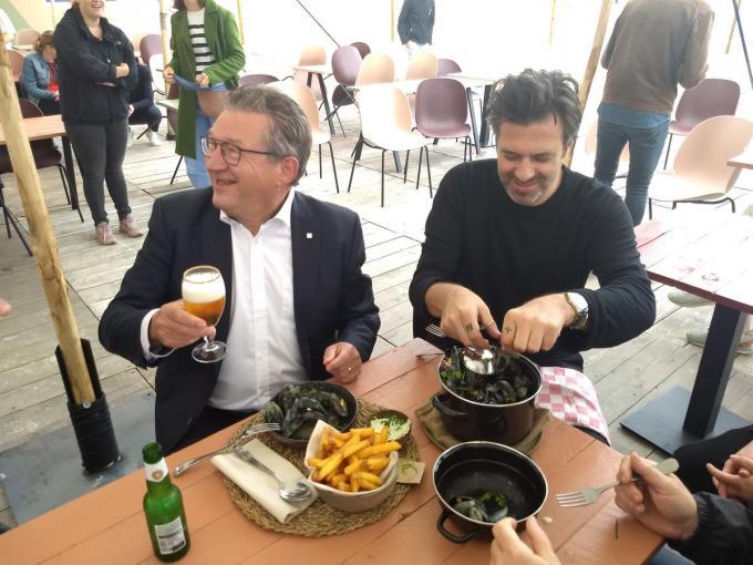 Burgemeester Dirk De fauw opende samen met topchef Sergio Herman het pop-up restaurant Moules/Frites op het Zeebrugse strand.© SVK