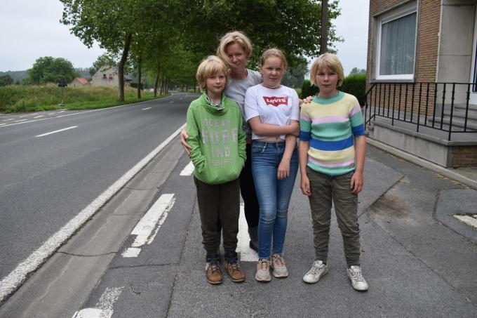 Charlotte Declercq woont samen met haar man Pieter Staelens en de kinderen Renée, Achiel en Cosette langs de Kemmelseweg.© TOGH