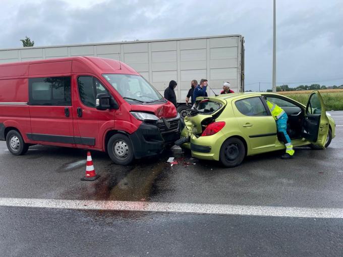De Peugeot werd twee keer aangereden.© LSI