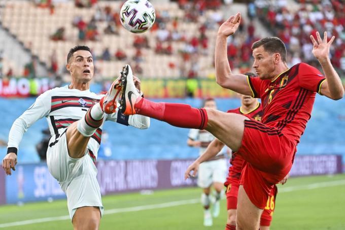 Jan Vertonghen tegenover Cristiano Ronaldo in de 1/8ste finale van Euro 2020.© BELGA