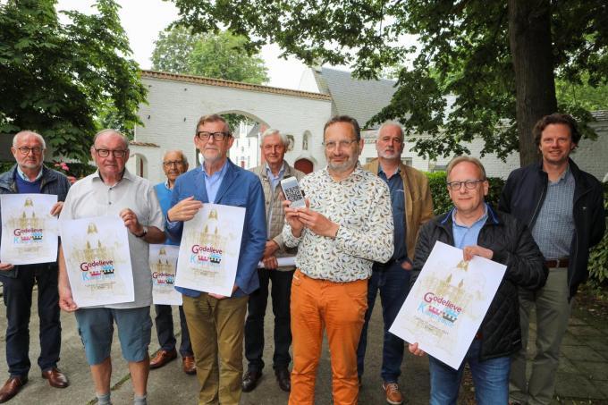 Toon Beelaerts (met smartphone) en de leden van het comité Godelieve processie, stelden maandag de Godelieve Kronenroute voor.© Peter Maenhoudt