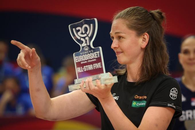 Emma Meesseman krijgt de All-Star Five trofee na de winst tegen Wit-Rusland in Valencia.©VIRGINIE LEFOUR BELGA