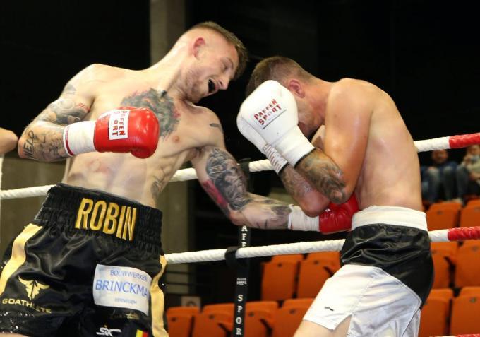 Robin Barbiaux (rode handschoenen) nam het op tegen Zoltan Lepsenyi (witte handschoenen).© VDB