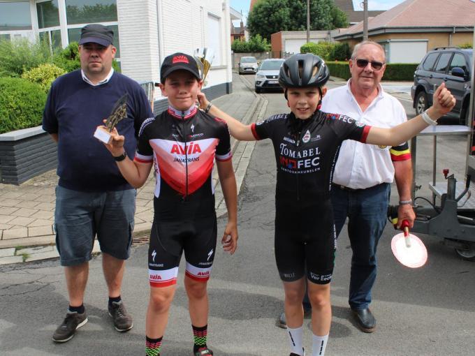 Bij de 11-jarige miniemen was de zege voor Kachtemnaar Wannes Descan (R). Het eerste meisje Romy Debacquer uit Zwalm mocht mee op de foto.© WO