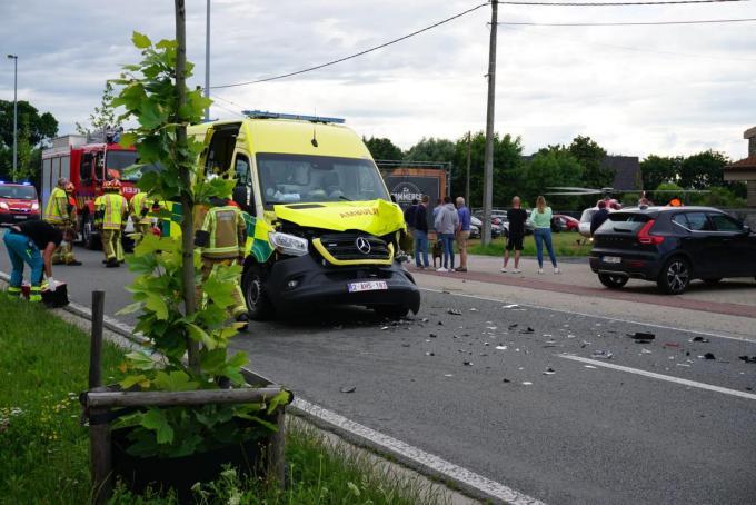De ambulance raakte zeer zwaar beschadigd.© GS