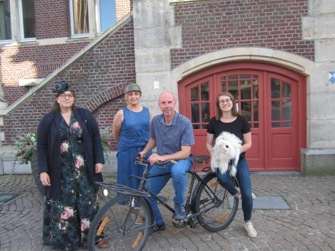 Vlnr:Sylvia Konior , schepen Ilse Volcke, Stefaan Bekaert,voorzitter cultuurraad en Leonie Lemey, administratief personeel voor cluster Vrije Tijd.