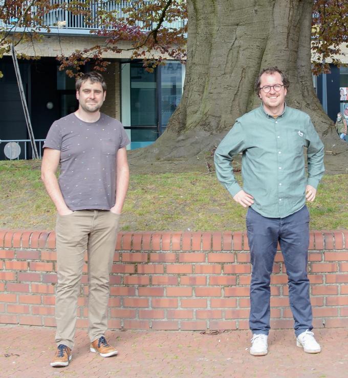 Hannes Vanderstraeten (links) en Balder Clarys op de Melkmarkt voor een in Izegem iconische boom.© GF