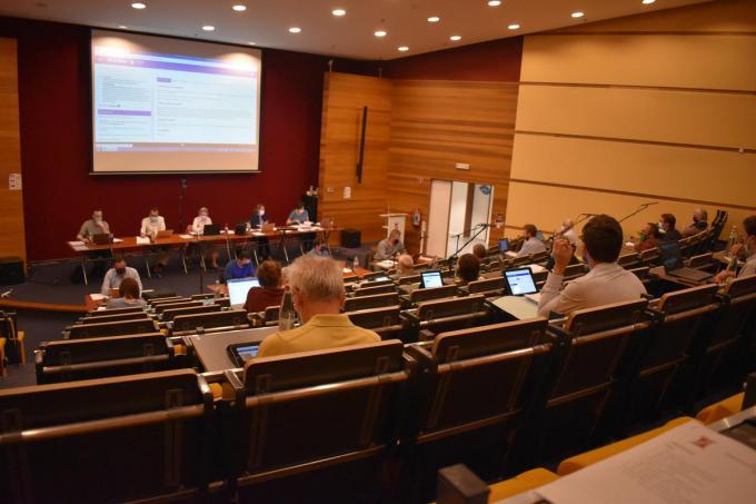 Voor het eerst in 2021 kon de Ieperse gemeenteraad op 5 juli nog eens fysiek samenkomen in de aula van AC Auris. (Foto TOGH)