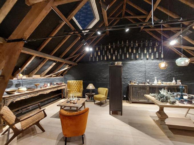 De stemmige uit hout opgetrokken bovenverdieping van de schuur doet dienst als tentoonstellingsruimte.© gf