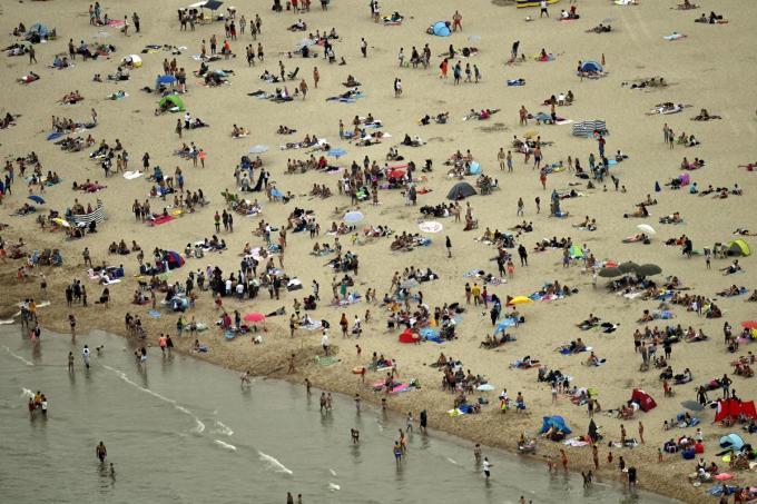 Echt strandweer is het voorlopig niet, dat was vorige zomer beter. Toch zitten de hotels aan de kust goed vol.©ERIC LALMAND BELGA