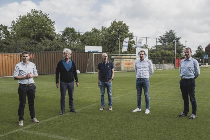 Schepenen Arne Vandendriessche en Wout Maddens stelden samen met KV Kortrijk-voorzitter Ronny Verhelst en algemeen manager Matthias Leterme en Francis Demey van architectenbureau BLAF het nieuwe oefencentrum van KVK voor. Tegen de zomer van 2023 moet het af zijn.