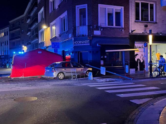 De auto raakte van de weg af, reed op de brug in op de drie voetgangers en kwam tot stilstand tegen de gevel van bakkerij Hoornaert.