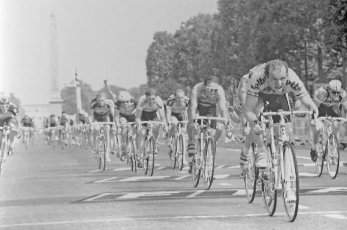Johan Museeuw wint de slotsprint in 1990 op de Champs-Elysées in Parijs. Pol Verschuere (1980) en Freddy Maertens (1981), foto's rechts, deden het hem eerder voor.