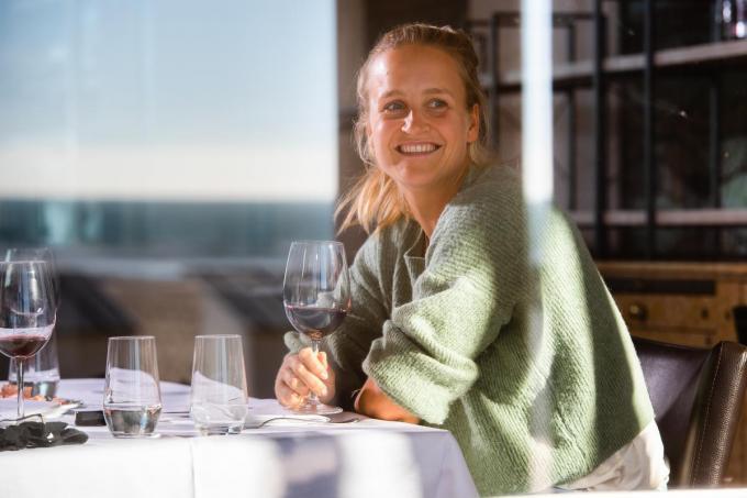 Genietend van een goed glas wijn bij het diner.