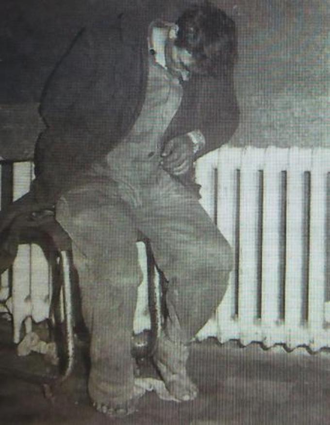 Een beeld dat de wereld rondging: Dhoest vastgeketend aan de radiator na zijn arrestatie.