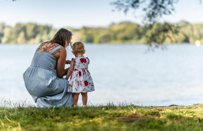 Een mama en haar kind bewonderen het Gavermeer.
